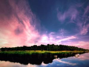 Bonito cielo sobre un río