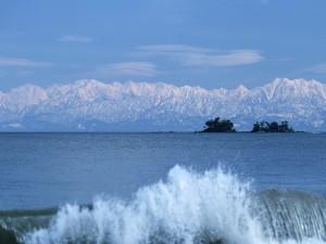 Grandes montañas nevadas junto al agua