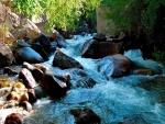 Río fluyendo entre grandes piedras