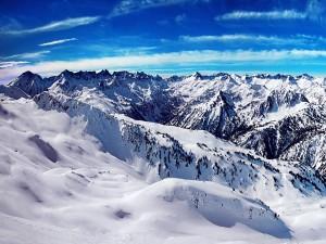 Un cielo azul sobre montañas blancas
