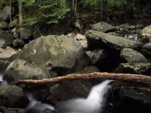 Grandes piedras en el cauce de un río