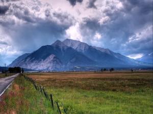 Nubes sobre la montaña y el prado