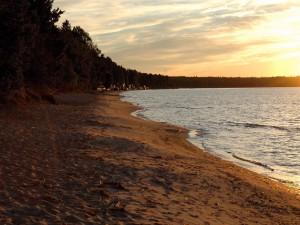 Paseando por una playa al amanecer