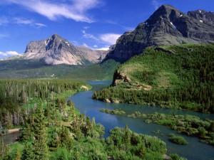Río fluyendo junto a las montañas