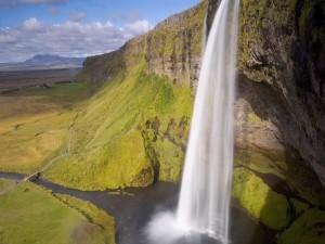 Gran cascada en un acantilado
