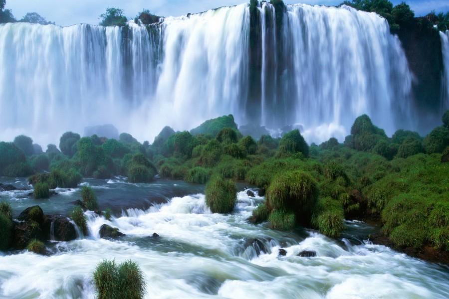 Río bajo las cataratas