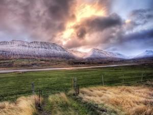 Sol y nubes sobre las montañas