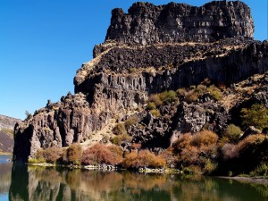 Montaña rocosa junto al río