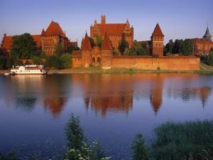 Barco navegando junto a un castillo
