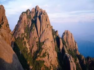Sol iluminando las montañas rocosas