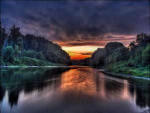 Primera luz del día reflejada en el cauce del río