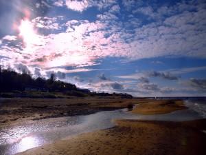 Un río desembocando en el mar