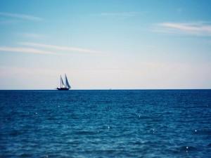 Barco navegando en el océano