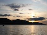 Sol sobre las montañas y el mar