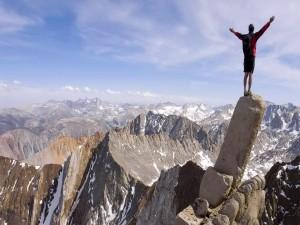 Contemplando las montañas subido a una roca
