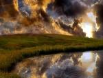Nubes y sol sobre el campo