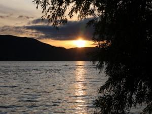 Bonito sol iluminando el lago