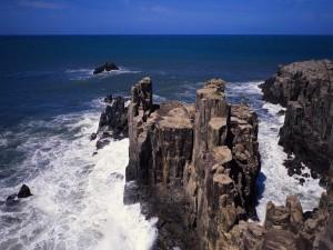 Rocas mojadas por el agua del mar