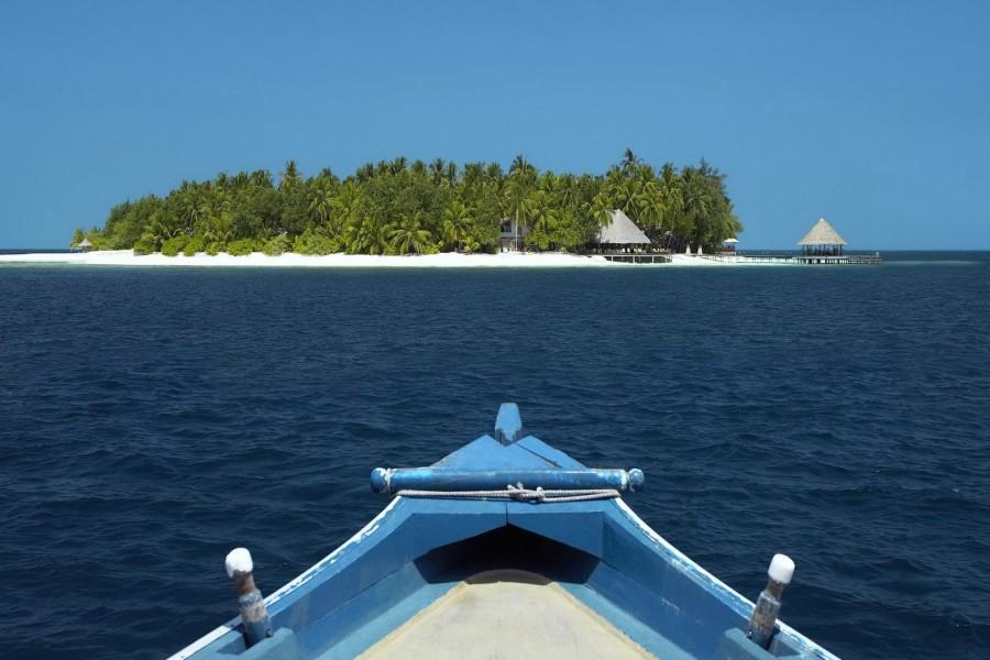 Barca llegando a una isla