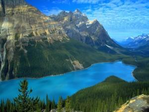 Bonito lago azul entre montañas