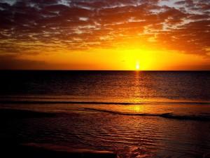 Hermoso sol en el horizonte marino