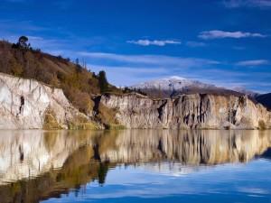 Montañas vistas desde dentro del lago