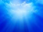 Rayos en un cielo azul