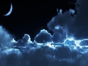 Nubes y luna en el cielo nocturno