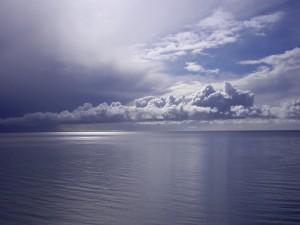 Bonito cielo nuboso sobre el mar