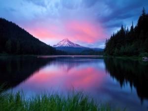 Nubes rosadas sobre una montaña