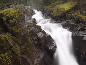 Cauce de río entre rocas negras