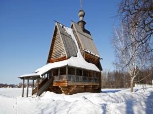 Pequeña iglesia de madera en la nieve