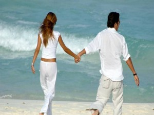 Romántico paseo por la playa