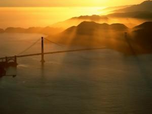 Primeros rayos de sol sobre el puente de San Francisco