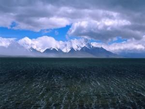 Masa de agua junto a unas montañas