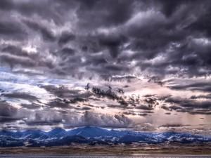 Un cielo cubierto de nubes