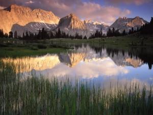 Paisaje montañoso reflejado en el lago