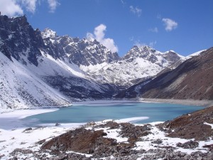 Lago de montaña congelado