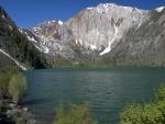 Montañas en el lago
