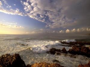 Oleaje entre las rocas marinas