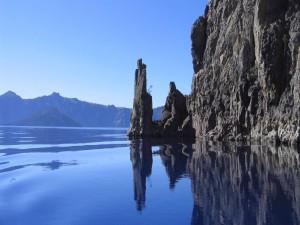 Rocas junto al lago