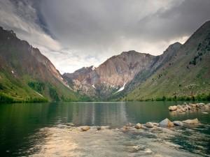 Piedras dentro del lago