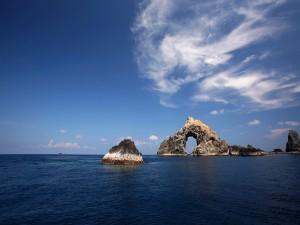 Arco en una roca marina