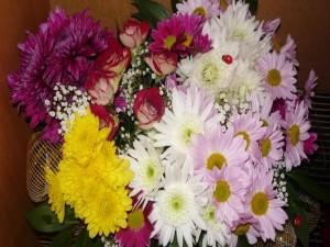 Ramo de crisantemos y rosas