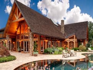 Casa de madera con jardín y piscina