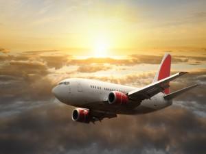 Avión volando al amanecer