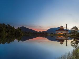 Reflexión de una mezquita en el lago