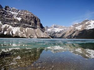 Montañas reflejadas en invierno