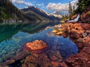 Rocas a orillas de un lago