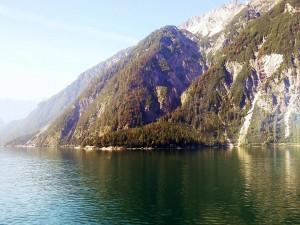 Sol sobre la montaña y el lago